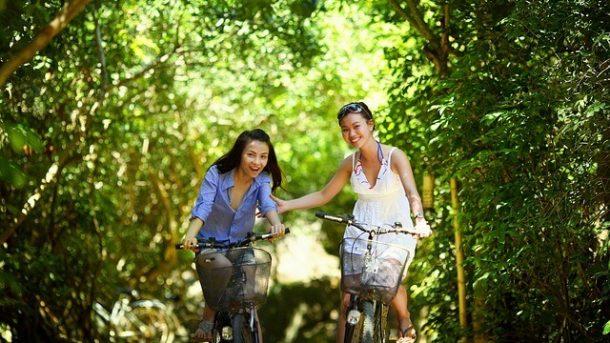 2 radfahrende Frauen