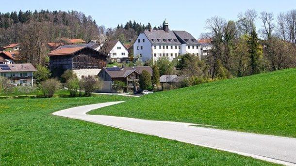 Straße vor historischen Häusern im Werra Meißner Kreis